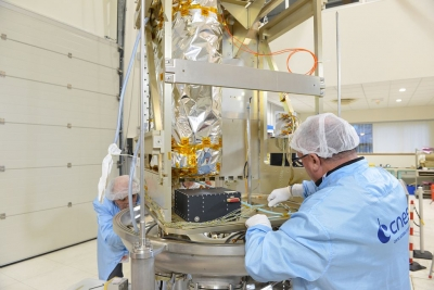 satellite en construction